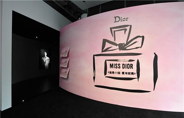 《迪奥小姐:爱与玫瑰》展览主入口.jpg